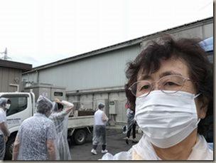 マスク着用で施設の中へ 熊谷清掃社